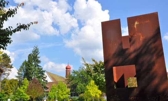 Vergangenheit und Moderne mit dem Kloster Wettingen und der Eisenskulptur